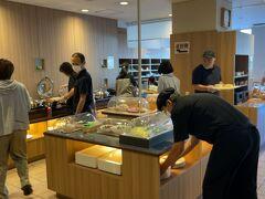 翌朝、今日も予定がタイトなため、7時に朝食会場に行くとすでに多くの人がいた。