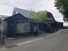 姨捨の棚田を散策してから、最寄りのJR篠ノ井線の姨捨駅に行きました。  2011年に改装した駅舎はレトロ感があり、落ち着いた佇まいです。