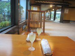 本日のお宿は、萩温泉郷 萩の宿・常茂恵です。 チェックインはカウンターで。こちらでウェルカムドリンクをいただきました。