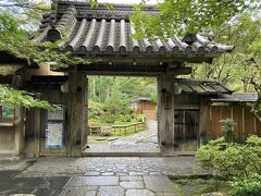 宝泉院にやってきました。800年以上の歴史のある自然と音が解け合うお寺だとか。 拝観料800円(抹茶と和菓子付)を支払って中へ