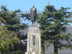 田中儀一の像。