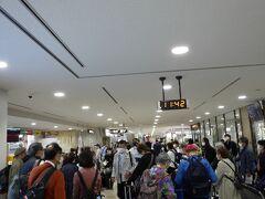 混雑の女満別空港、現地添乗員、バスガイドが出迎え