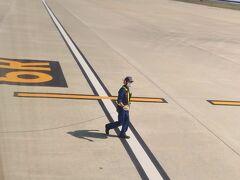 10H右窓側 ロープを持ってスタッフが飛行機と一緒に歩いています。 何のロープかな?