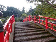 神社の前の赤い橋がとってもかわいい!  この宮橋・・ 鳥居を写しこんで撮影すると恋が叶うんですって! 全く知らなかったけど・・ 写ってる~恋叶うかな(笑)