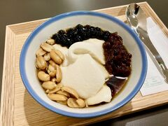 台湾で話題の『神農生活』『食習』があるフロアへ    『食習』でランチ後のデザート♪ 台湾の伝統的なスイーツ「豆花」