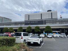 駐車場しかない、殺風景な新大阪駅前。