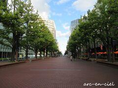 赤レンガ庁舎を背にすると、このような景色が広がります。 <札幌市北3条広場(アカプラ)> 赤・緑・青空のコントラストが素敵。 そういえば、2か月前にこのストリートを、世界各国のマラソン選手が走ったんだなぁ。なんだか感慨深くて、一歩一歩、踏みしめて歩きました(^^)。
