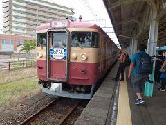 直江津駅に到着。一旦途中下車をして切符などを購入しました。改札内に戻ると一番線に11時26分発「急行1号市振行き」が既に入線していました。入線時には「とがくし」のヘッドマークを付けていました。今回乗車する413系電車はえちごトキめき鉄道がJR西日本から購入したもので、今年の七月から観光列車として運行されています。