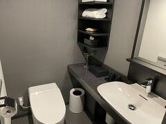 いきなりですが、ホテルにチェックインしました! 前回もお世話になったクロスホテルです!  広々のお手洗いはほんと助かります!