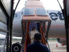 飾り気のないターミナルで宮古島行に搭乗します。タラップでの搭乗でした。いちおうタラップまで屋根があり濡れずに搭乗できました。階段が多く、飾り気のない設備はさすがLCCです。