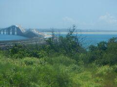 下地島から伊良部大橋を渡って宮古島に入ります。この橋は全長3540m、無料で渡れる日本一長い橋です。大型船が通れるように橋の中ほどは高さが27mあり坂のある珍しい橋です。この橋が2015年にできて下地島空港は民間転用のめどがたちました。