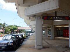 宮古空港でレンタカー屋さんに電話をして迎えに来てもらいました。車を受け取って、さっそくお昼を食べに行きます。