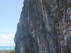 海の駅近くには高さ25m、直径18m、重量3万トン余りの石灰岩ヤマトゥブーギスがあります。この岩は地殻変動で地上に露出したそうです。