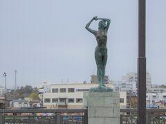 MOOの近くの幣舞橋(ぬさまいばし)の像 四季毎の像があって、1像1000万円とのこと