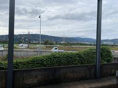 工場での打ち合わせがスムーズに済み移動。 樟葉駅のホームから天王山が見え、余りにものんびりした景色で癒された。 京阪から近鉄に乗り換えし京都駅に向かう。
