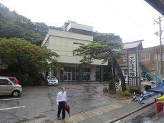 (車窓風景)瀬波温泉を通ります。(一番の老舗の大和屋旅館)瀬波温泉は明治37年に石油試削中に発見されました。