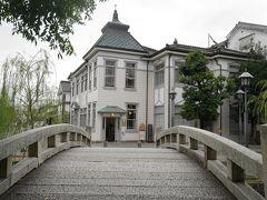 橋の向こうに倉敷館。リニューアル工事が完了して、再び観光案内所として使用されるようです。