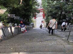 ◎愛宕神社 チェックポイントは、下に見える鳥居。上に出てしまった。 仕方がないので、恐る恐る手すりにしがみつきながら階段を下りる。 写真では全く伝わらないけど、踏み外したら命は無い・・・と思う・・・