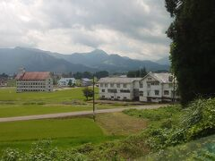 上越国際スキー場前駅付近を通過。田んぼと山々が広がります。