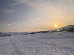 電車は六日町駅を通過し上越線を後にして北越急行ほくほく線に入ります。この辺は県内有数の豪雪地帯で冬には大量の雪に覆われた田んぼをみることができます。(写真は魚沼丘陵駅付近。12月下旬撮影)