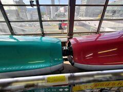 盛岡駅で、はやぶさとこまちの切り離し https://youtu.be/S2qxxUACGbg こまちの発車と同時に、誰も触らず、連結を切り離す! 連結部のカバーも走りながら閉じる はやぶさに乗るか、盛岡駅で降りないと見れない