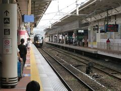 出発時刻のおよそ8分前、9時44分頃 吉塚方からお待ちかねの特急36ぷらす3が入って来ました。 各乗車口前には客室乗務員さんが立って電車をお迎え。 ワクワクする瞬間!♪ この後の写真の枚数が多いので続きは次回です。 引っ張っちゃってごめんなさい 。  (つづく)