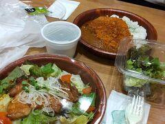 成田空港第2ターミナルで遅い昼食を摂ります。 でも営業していたお店はほんの一部。一番大きな「CAFE & DINING N's COURT」に入りましたが、メニューは全て弁当形式でした。