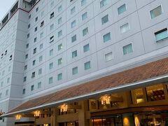 空港からホテルバスで、前泊の宿ホテル日航成田まで。 緊急事態宣言が解かれたといっても小さなホテルでは食事もままならないかも知れないので、ちょっと贅沢ですが安心のためにここに泊まりました。