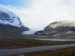 コロンビア大氷原に来ました。 大氷原まで歩くトレイルがあるので行こうと思ってましたが、 風が強くて、すごく寒かったので、歩くのはやめて、スタバでコーヒー買って次へ行きました。  行こうと思っていたのは Toe of the Athabasca Glacier 駐車場の反対側に車の道がずっとあるのでその終点から歩き始めて、 氷河の端までいけます。