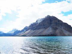 ボウレイクまで来ました。 水が透明~。 氷河から流れ出る水なのできれいなターコイズブルー。  標高はすでに1900メートルありますよ。 2135メートルのところにあるボウ・グレーシャー・フォールズまでハイキングしま~す。 距離8.9キロ 約300メートルの標高差なので、軽めのハイキングです。