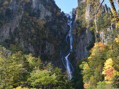 温泉街から車で10分足らずのところに日本の滝百選に選定されている2つの滝があります。 奥にあるのが「銀河の滝」。 こちらは幾重にも分かれて白糸のように流れる様子から雌滝と呼ばれています。