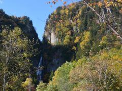 手前ににあるのが「流星の滝」。 落差90メートルで力強く流れることから別名雄滝と呼ばれていて、隣の「銀河の滝」と対もなっていることから2つ合わせて夫婦滝とも呼ばれています。