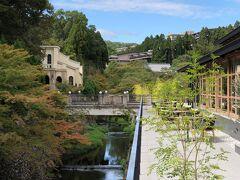一つ上の写真をズームします。 「天神川」に架けられた橋の上からパチリ ( -_[◎]o 周囲の木々は、少しずつ紅葉になりつつあります。  写真右は『ROKU KYOTO, LXR Hotels & Resorts』内のレストラン 【TENJIN】で、写真左奥の建物は『しょうざんリゾート京都』内の ブライダルサロンです。
