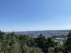写真ではものすごく小さくなっていますが、肉眼でも東京スカイツリーが見えました。 他に新宿の高層ビルも見えますよ。