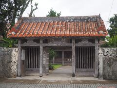 桃林寺  八重山最古の寺院だそうです。 臨済宗妙心寺派・山号は南海山。  こじんまりとしていますが、こちらは仁王門。 両端には...。