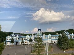 砂川ハイウェイオアシス館 https://www.sunagawa-ho.co.jp/wp/  外観がすごいこちらでお手洗い休憩。