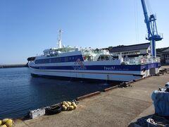 飛島の勝浦港に入港しました。降りてすぐ、無料のレンタサイクルを借り、荷物を沢口旅館に預けて、島を一周します。