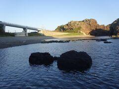 小松浜海水浴場と左は飛島大橋 右は舘岩