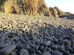 賽の河原(こぶしほどの大きさの丸石で安山岩で、付近の岩とは種類が異なります。烏帽子群島に「グズ浜」があり丸石があります。烏帽子群島の岩が浸食されここに辿り着いたとされています。)