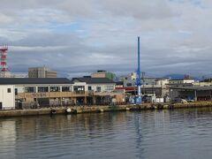 酒田港に着きます。(左は海鮮市場 青いクレーンで船の荷物(車やコンテナ)を降ろします。)
