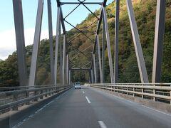 この158号線にはトンネルと橋が多くかけられています