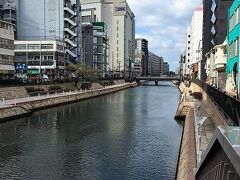 博多川。 お昼間は屋台がないのでまあ普通の街並みですね。