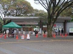神代植物園入口.  新型コロナのため要事前予約になっており,予約票を見せ料金を払い入場します.