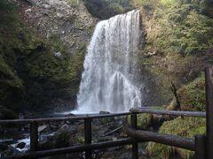 歩いて程なく善五郎の滝 イワナ に引き込まれて 滝壺 に落ちた釣り師「善五郎」からつけられたと言われる   滝見台は結構な飛沫