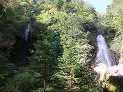 向かって左の滝と正面の滝