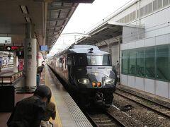 9月30日午前9時45分頃。 博多駅6番線に特急36ぷらす3が入って来ました。 各乗車口で待つ客室乗務員さんが深々と頭を下げて電車を迎えます。