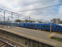 留置線に停車中の青いソニックを横目に鹿児島本線を一路南へ向けて走ります。
