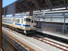 熊本駅11時50分着 10分間停車します。 お隣には三角線のディーゼルカー