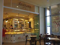 アルトマルクト広場に面したカフェ・クロイツカム (Konditorei Cafe Kreutzkamm)です。 バームクーヘンの名店です。日本ではドイツのお菓子と言うと バームクーヘンが有名ですが、 意外と売っている店は少ないので、ここは要チェックです。 ドイツのチーズケーキ・アイアーシェッケもあります。