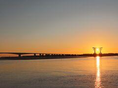 33<冬期の絶景 ★★ドラマ&アニメ>  浜名湖の絶景の一つが冬期に見られる赤鳥居に沈む夕日。 リンは、岸辺にいたおじさんに人々が集まっている訳を尋ねる。  ▲「あの… すいません 皆さん何してるんですか?」 ▲「ああ みんな鳥居に日が沈むところを見ているんですよ。この季節になると ちょうど鳥居が夕日に重なって きれいでね」   ※これは、冬の時期に娘が撮影したものです。
